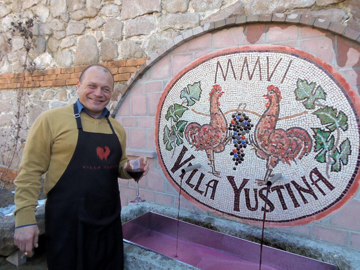 """Милко Цветков, собственик на """"Вила Юстина"""" пред винената чешма"""